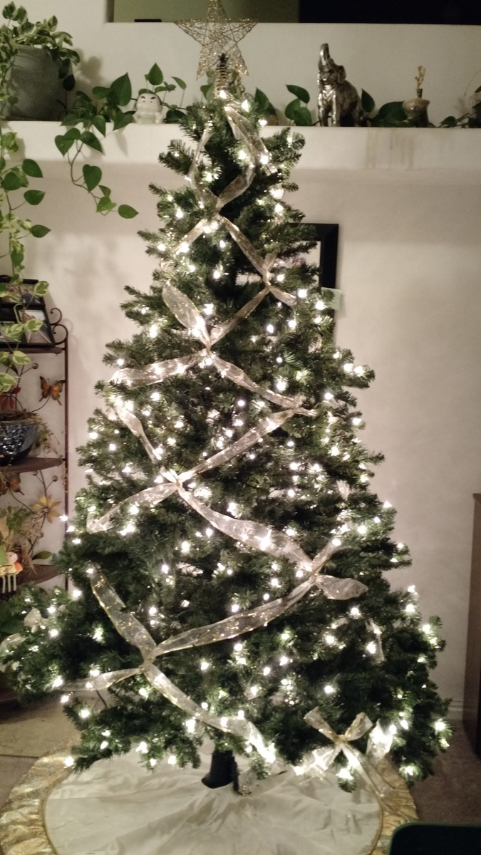 diy-criss-cross-ribbon-on-your-christmas-tree-for-this-elegant-look