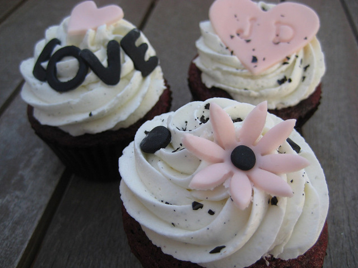 Ask your favorite baker friend to bake cupcakes for your wedding!