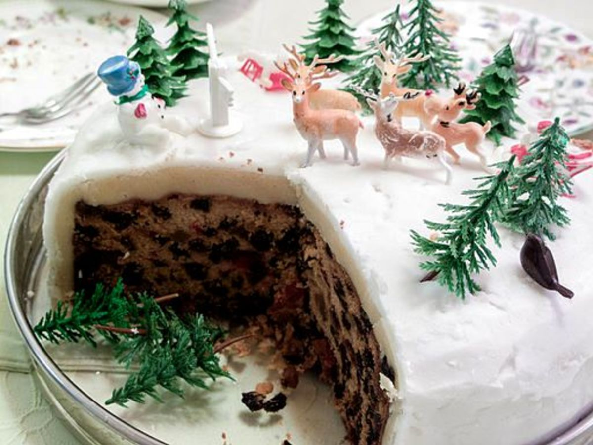 Creating an Xmas scene on the top of a cake.
