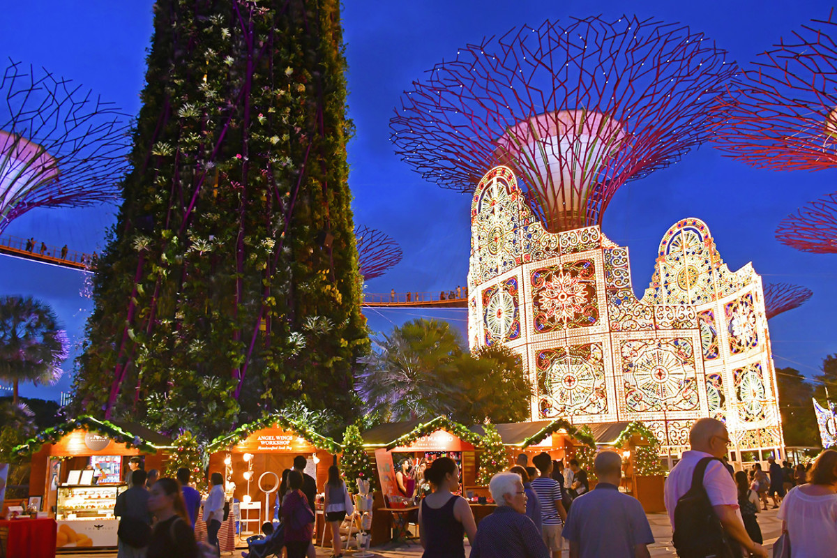 Singapore's world famous Gardens by the Way hosts an elaborate Christmas celebration each year. The centerpiece of this celebration is always an immense Italian luminarie.