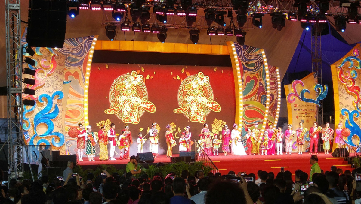 Kids performing on stage at River Hongbao.
