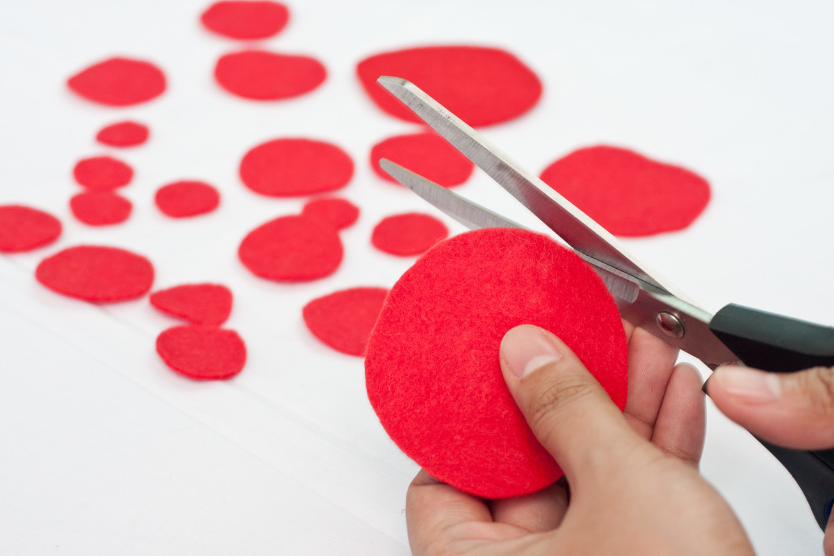 Step 5: Cut several circles in different sizes from your red felt. You are going to need a lot of these since you are going to fill up the entire heart shape with them. Of course, how many you will need exactly will depend on how big you want your ro