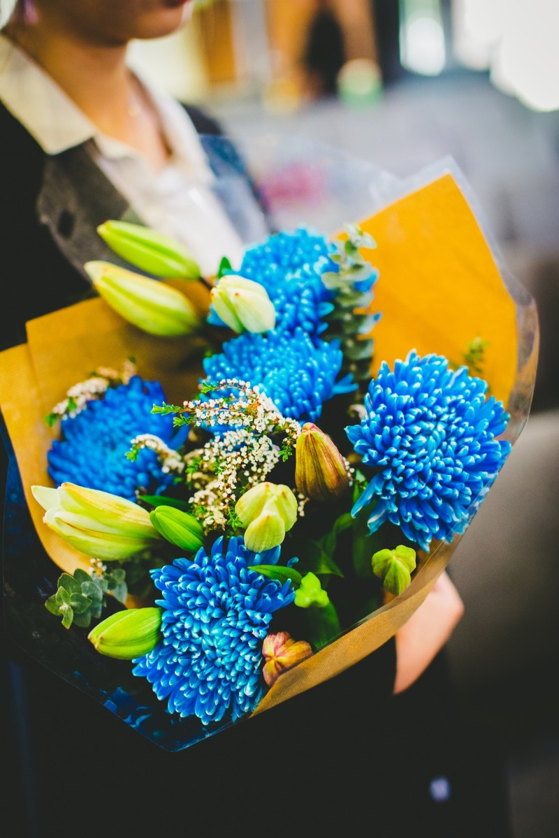 Valentine's Day flowers don't have to be red and pink. If your lover's favorite color is blue, then how about a bouquet of bright turquoise-tinted flowers?