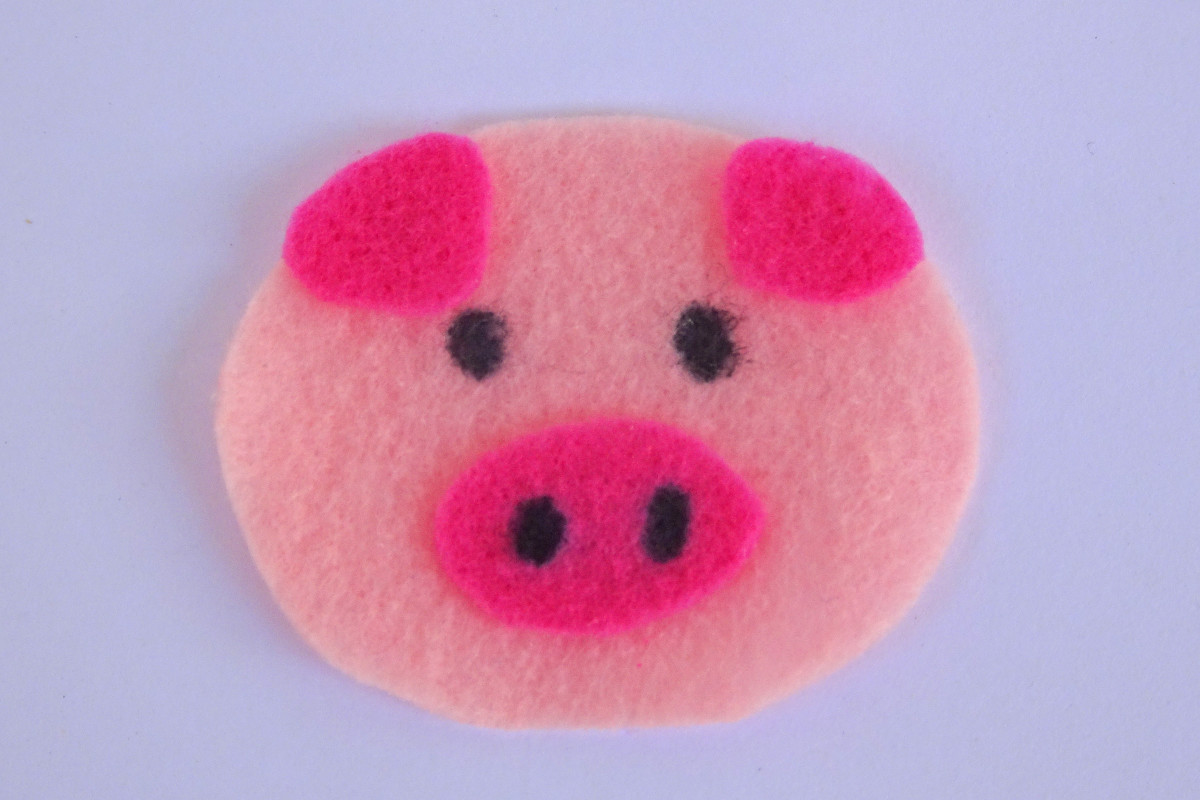 Felt pig made using the template above. The eyes and nostrils were made with a permanent ink marker.