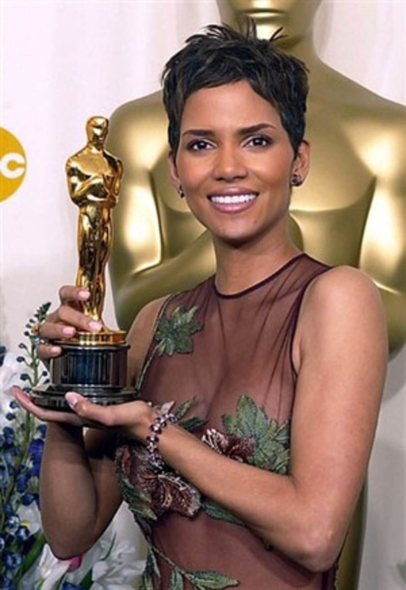 Halle Berry was wearing an Elie Saab gown during Oscar 2002 night. Matches the statue, yes?