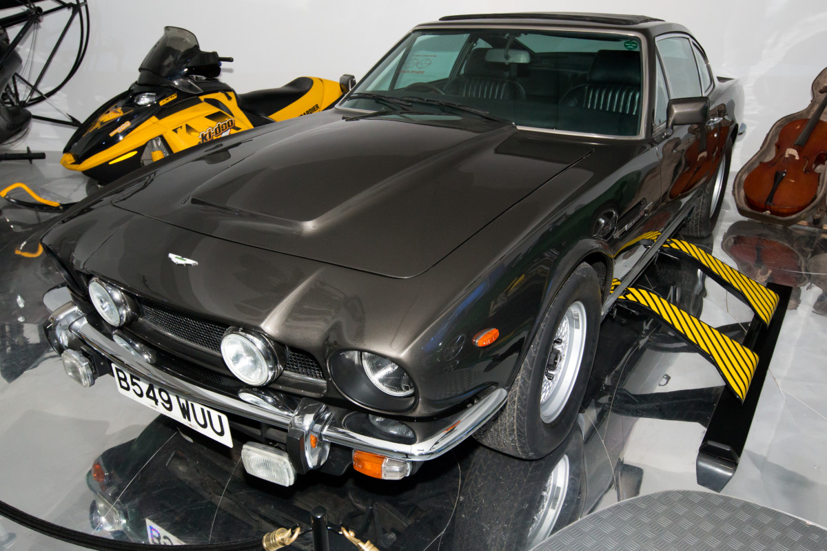 Bond's V8 Aston Martin comes equipped with skis this time, naturally...