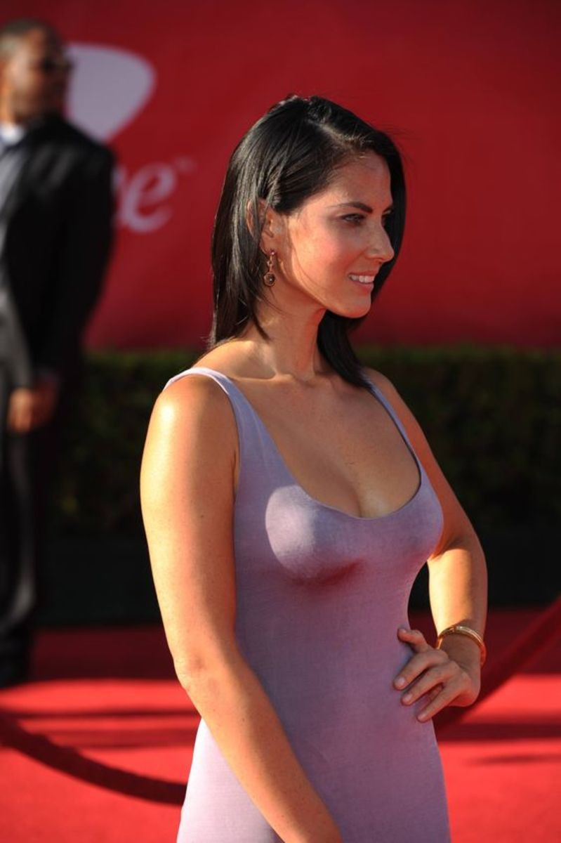 Olivia Munn in a scoop neck dress on the red carpet