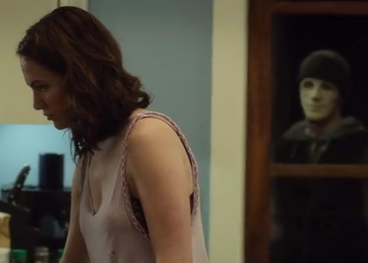 The killer watches Maddie in her kitchen, 'Hush' (2016) on Netflix.