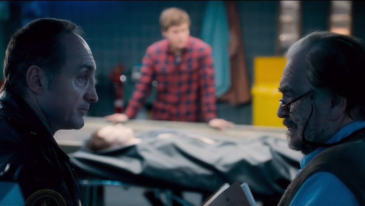 Sheriff Burke and Tommy discuss the discovery of Jane Doe while Austin waits. 'The Autopsy of Jane Doe' (2016).
