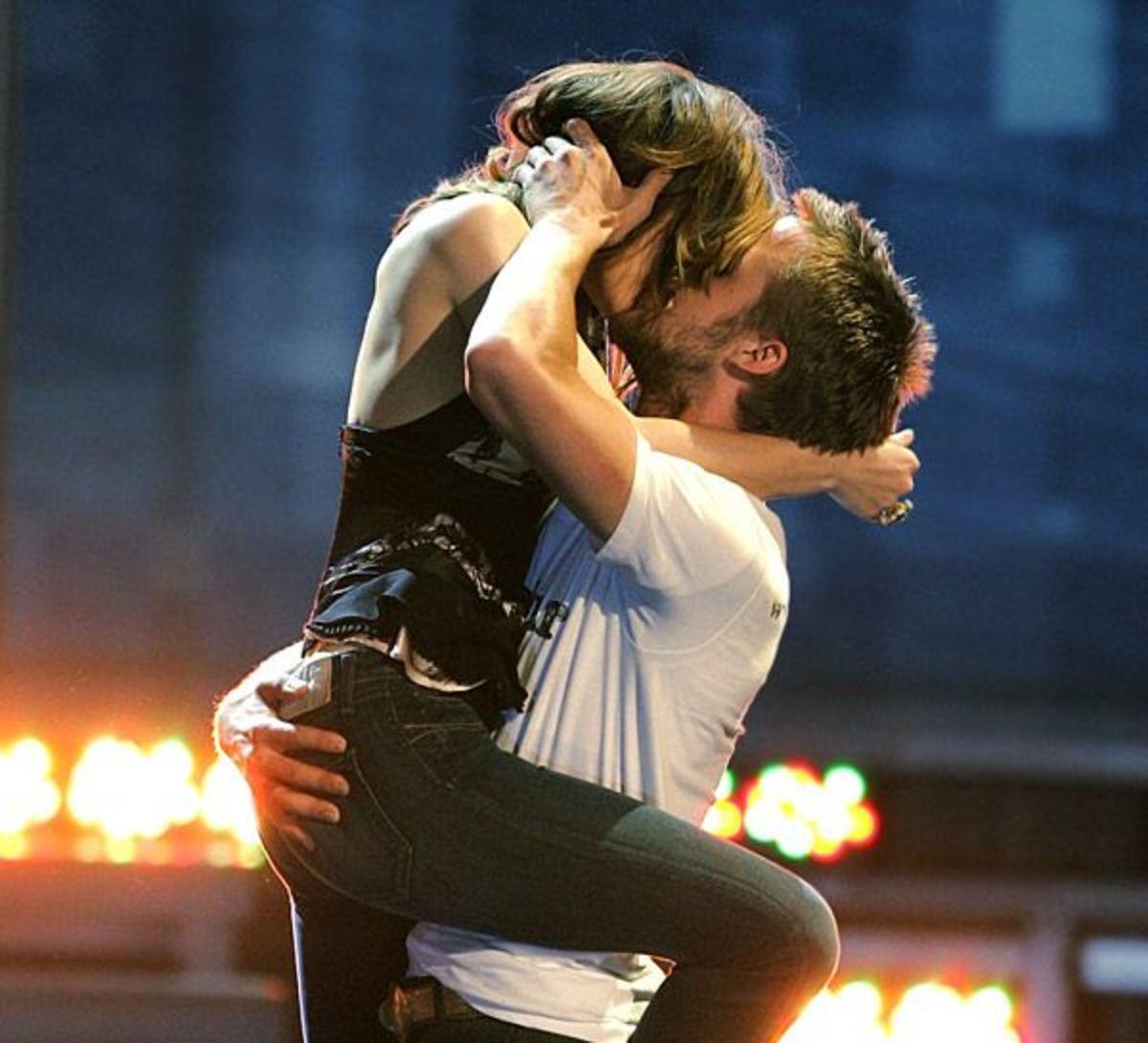 Rachel McAdams & Ryan Gosling recreating their iconic kiss at the MTV Movie Awards.