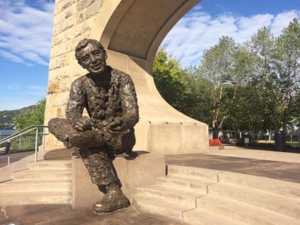 Statute of Fred Rogers in Pittsburgh