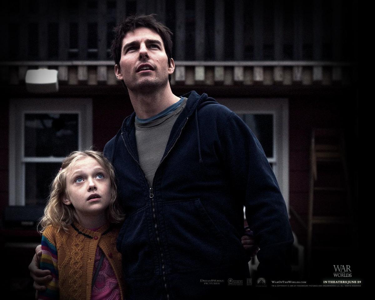 Dakota Fanning & Tom Cruise in War of the Worlds.
