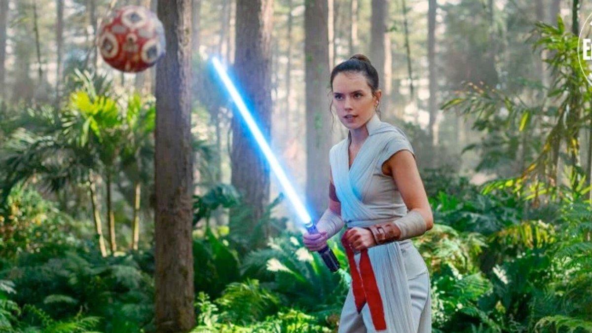 Rey training under Leia
