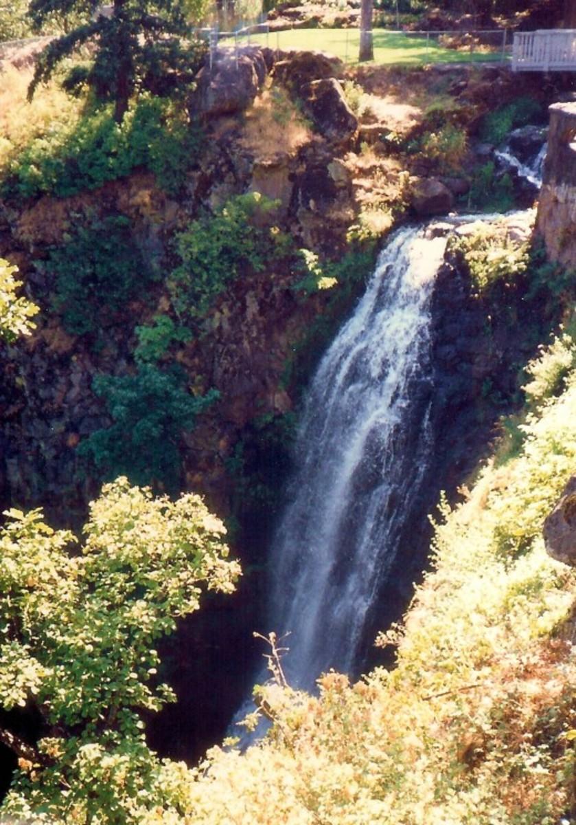 """Wah-Gwin-Gwin Falls in the """"backyard"""" of the Columbia Gorge Hotel"""