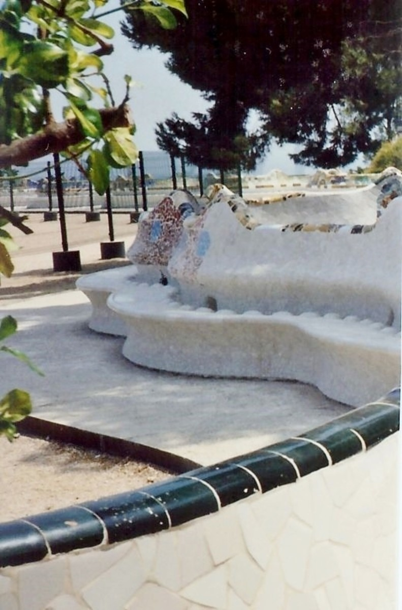 Portion of the curvaceous benches in Güell Park