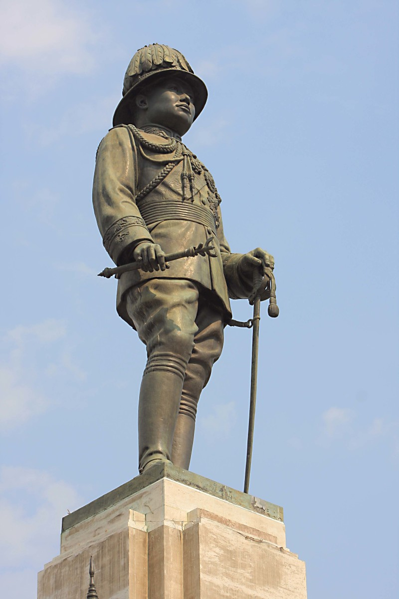 A statue of King Rama VI - the reigning monarch when the park first opened - guards the southern entrance to Lumpini