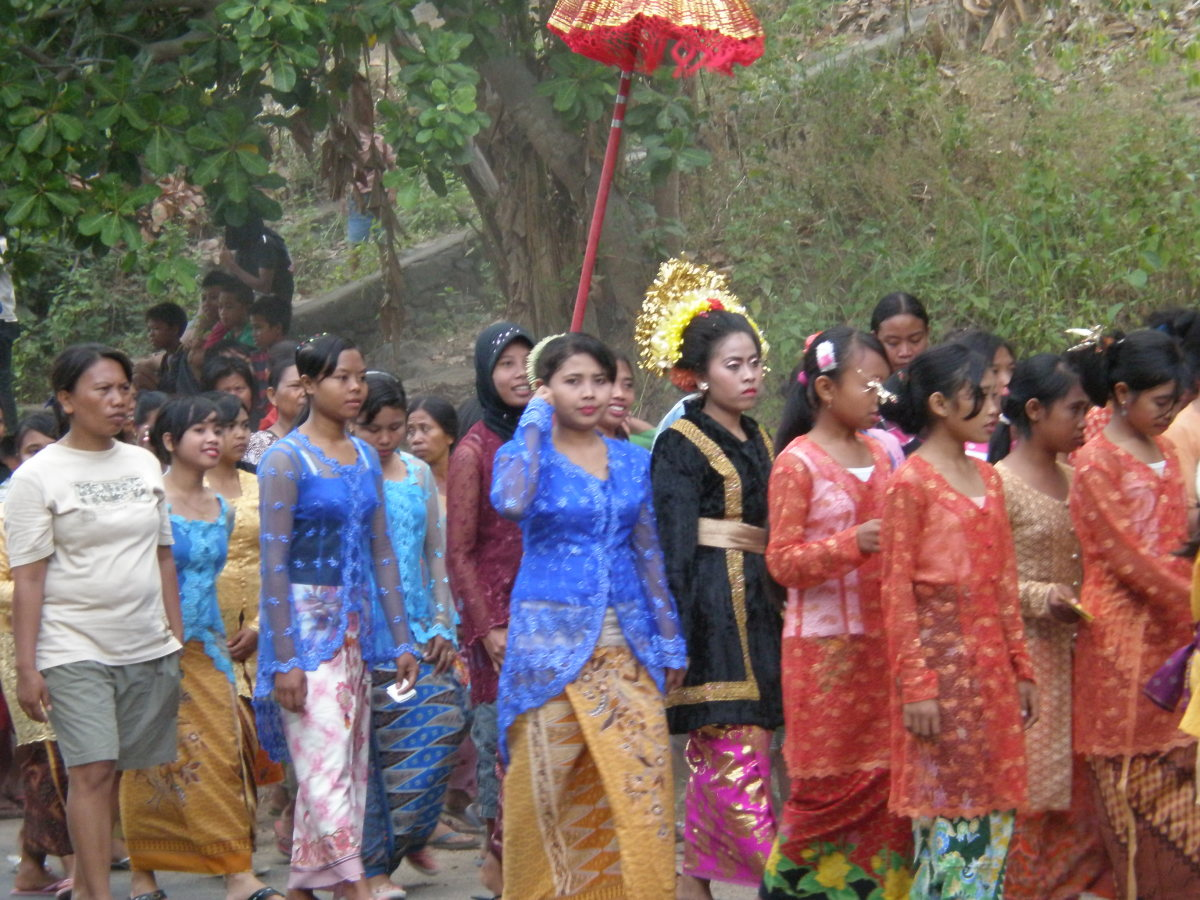 Family and friends, as well as the entire village, join the bridal procession and dance to the music played by the accompanying orchestra. Lombok, Indonesia.
