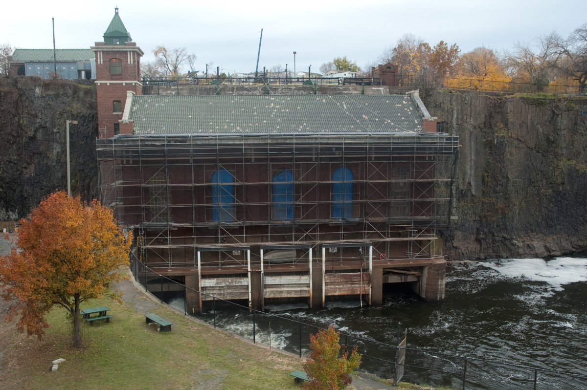 The hydroelectric plant at the falls.