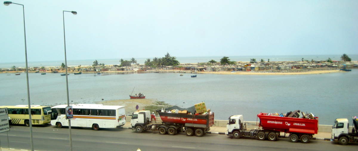 """During my first weekend in Luanda, I witnessed the slums (known as """"mussekues"""" in Portuguese) behind my hotel getting """"relocated"""""""