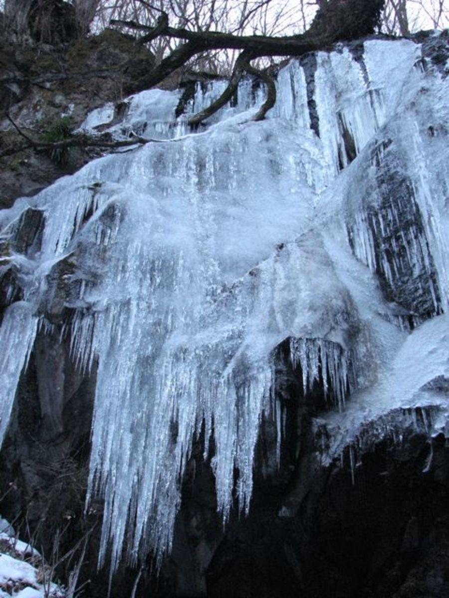 A frozen Urami falls in winter.