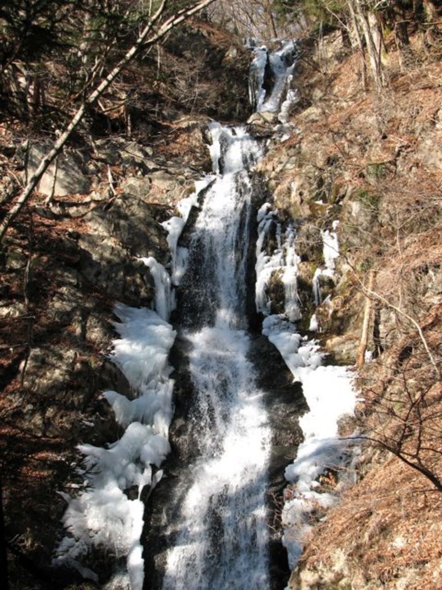 Jakko falls, mid-winter.