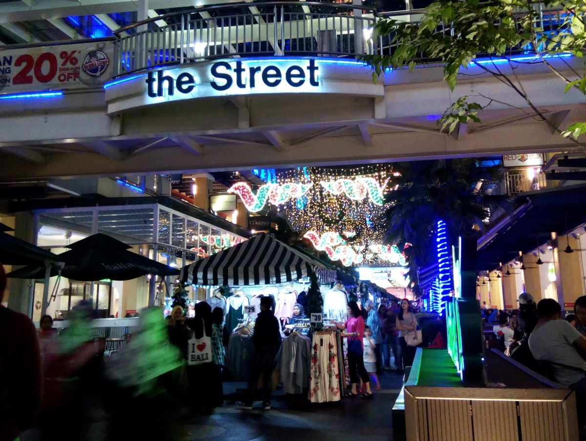 The Curve Mall in Petaling Jaya has a night market on weekends. Night markets are popular in Kuala Lumpur. Again: BEWARE of pickpockets!!