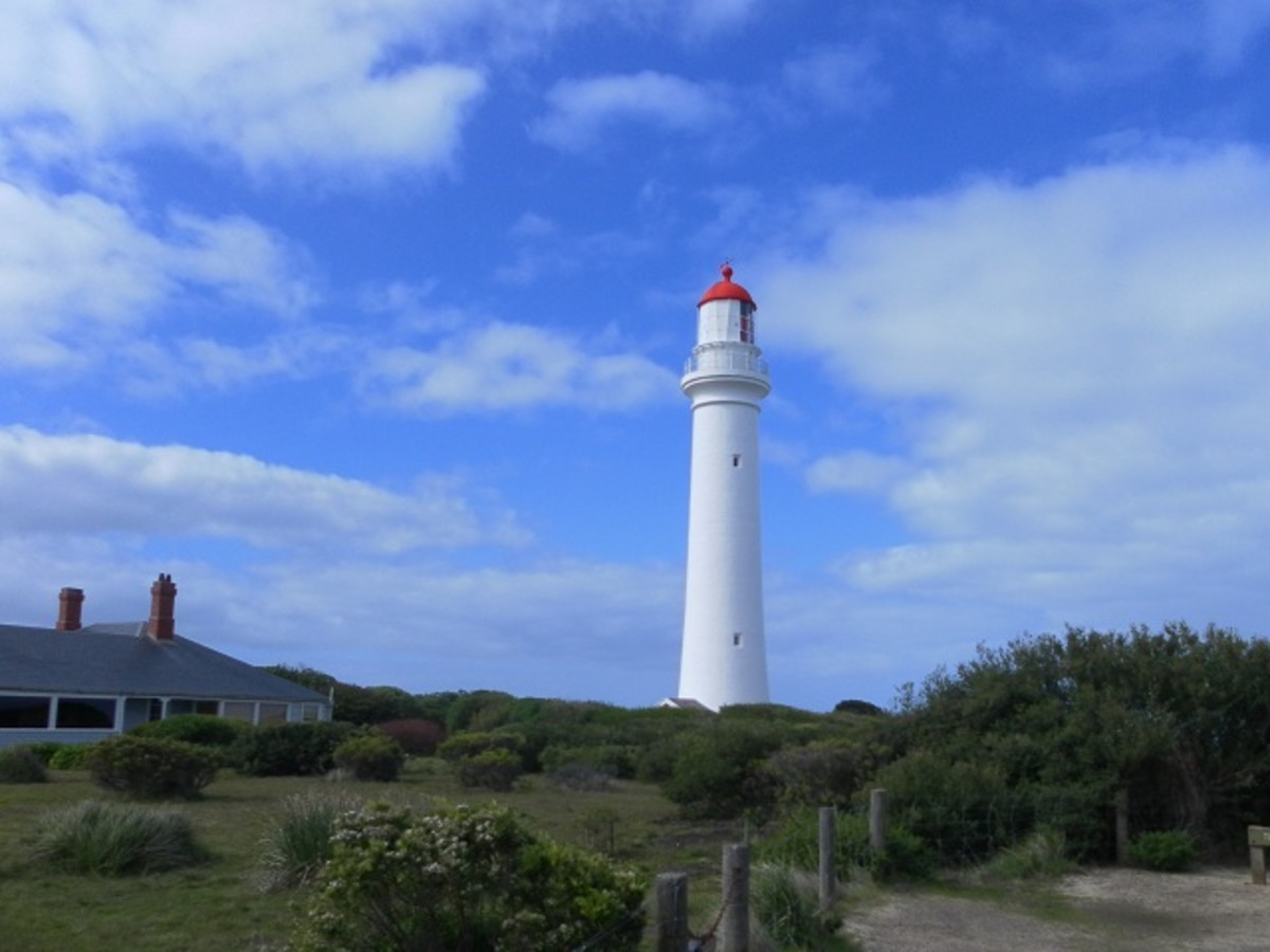 Split Point Lighthouse, Aireys Inlet, with Headkeeper's Cottage on the left.