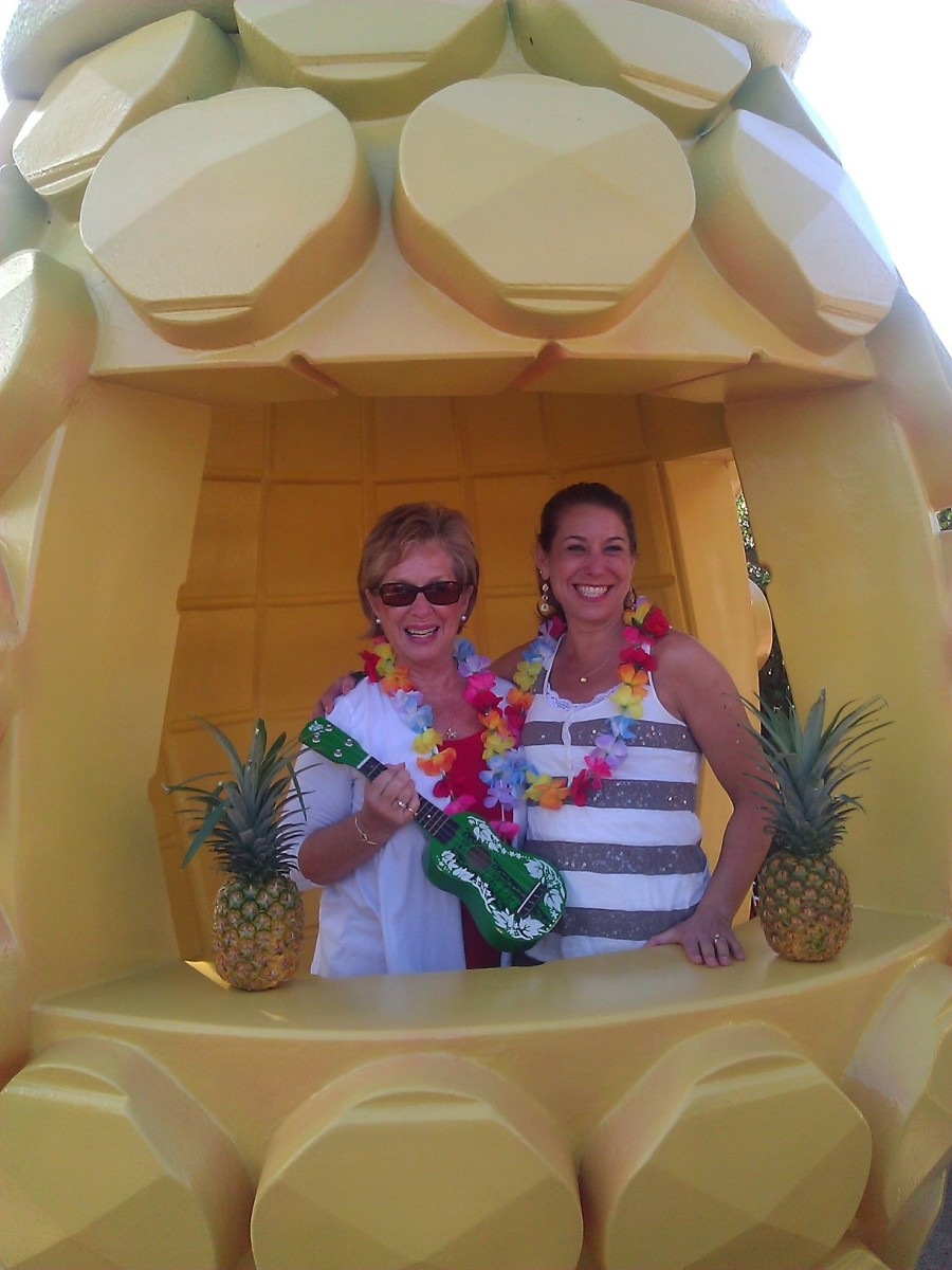 Pose for a photo in the giant pineapple