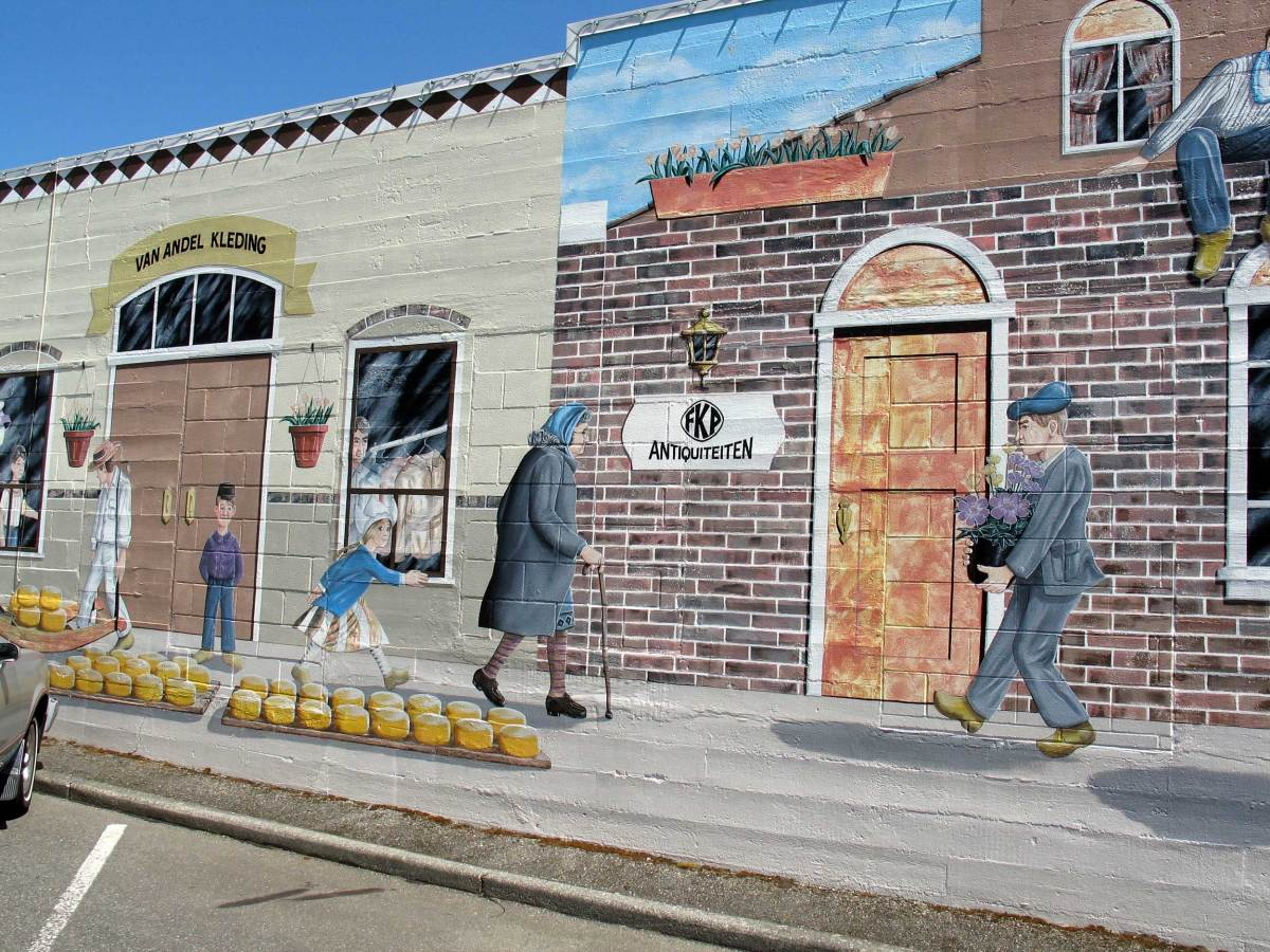 In the car park opposite the Windmill Bed and Breakfast is a beautiful Mural depicting a Dutch lifestyle along Front Street
