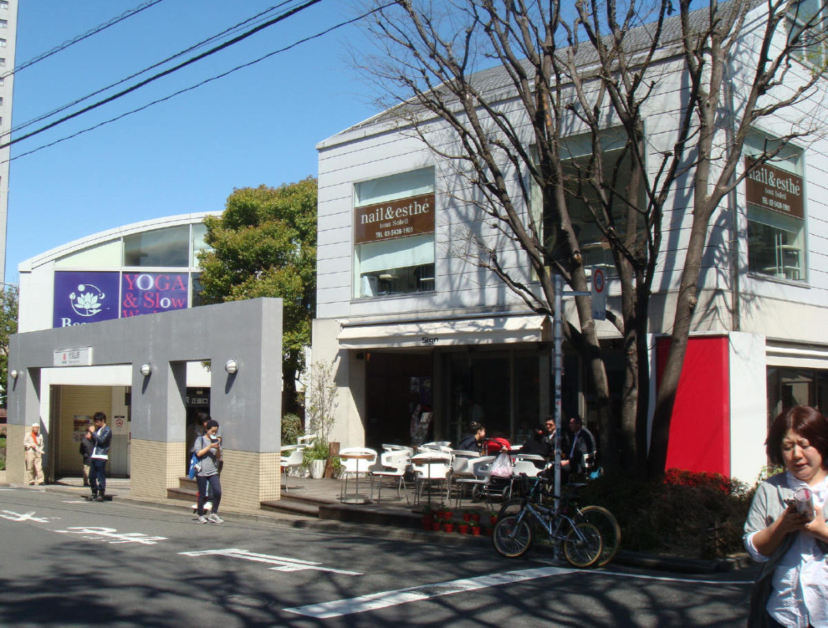 Sing bar and restaurant, next to Daikanyama train station. The stop-by place in the area.