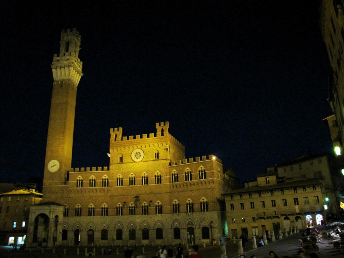 Piazza del Campo at night