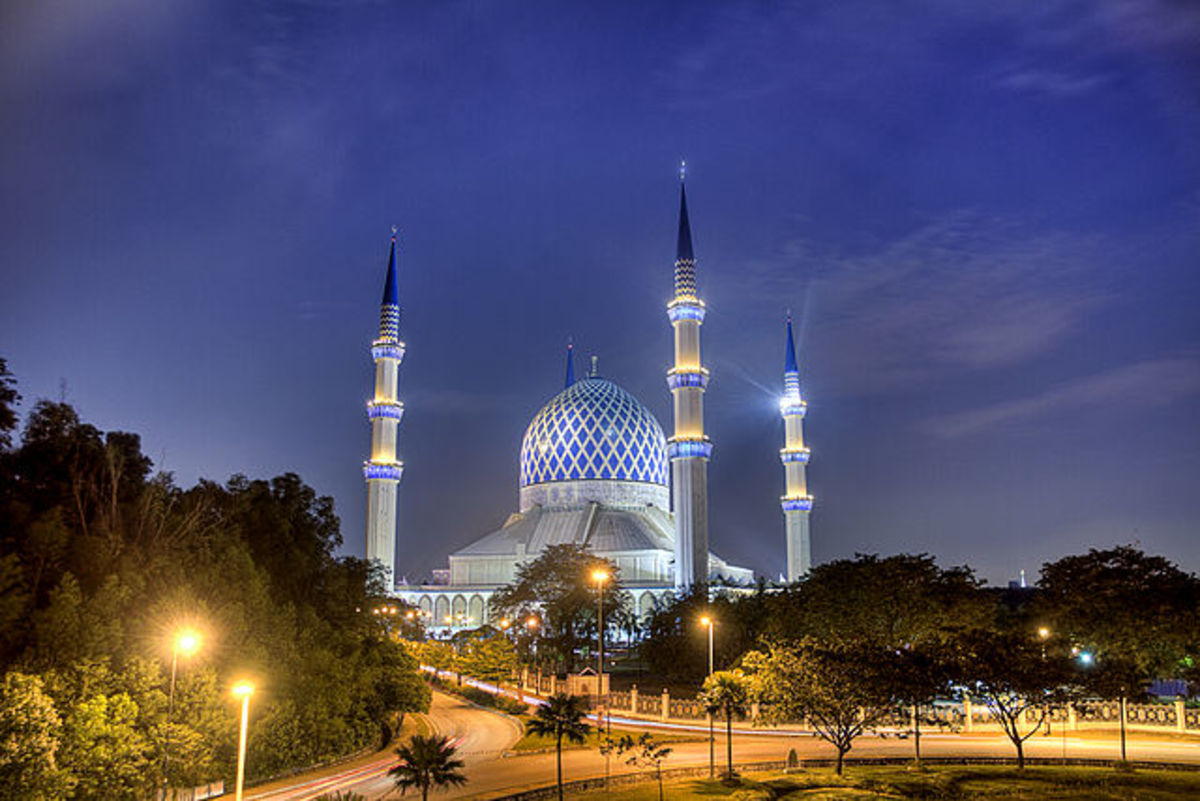 Sultan Salahuddin Mosque lighted up at night