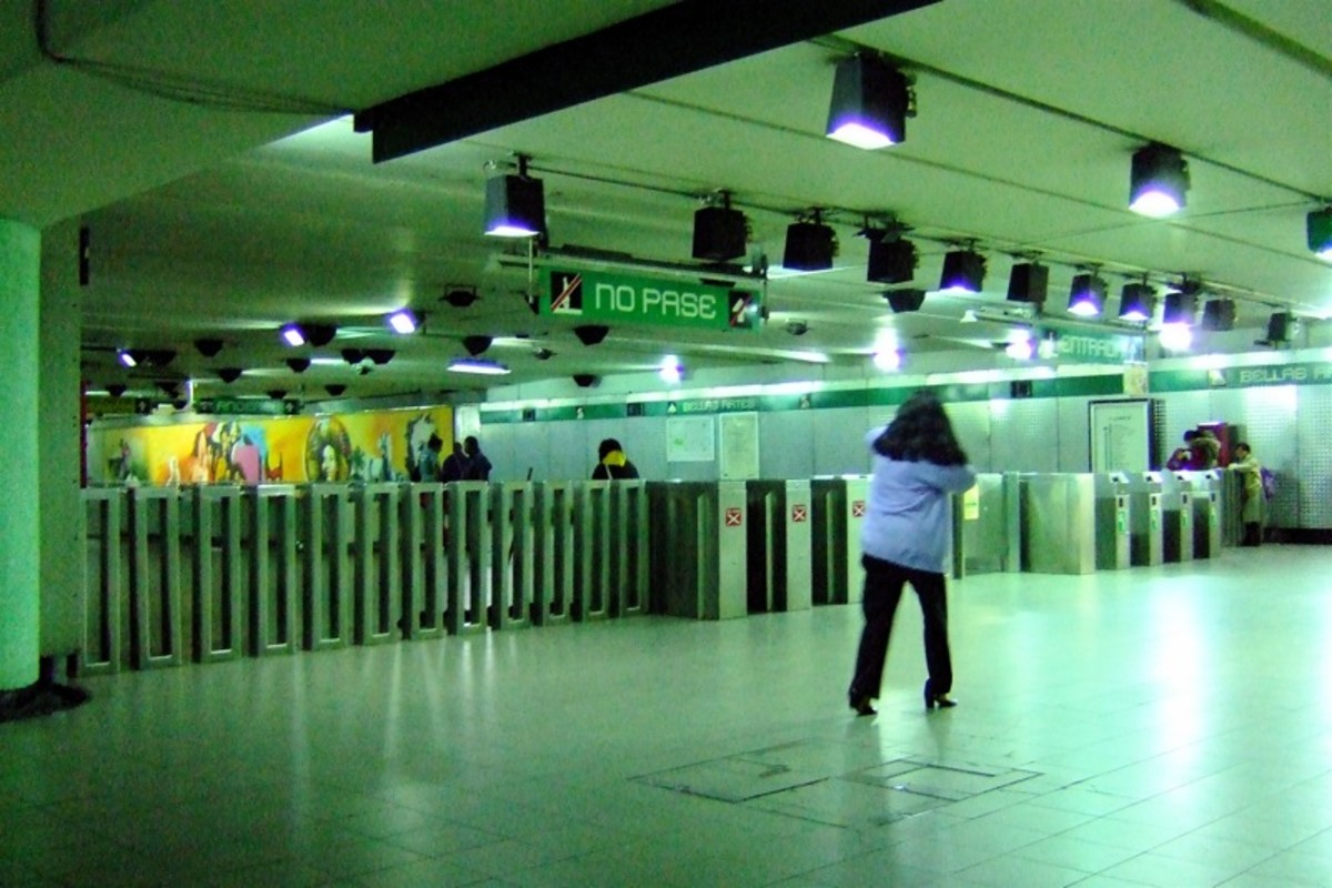 """Most turnstiles in Mexico's metro are old fashioned and they are located in groups.  One set of four or five to exit and the same to get in.  You won't be able to go through the ones marked with the red X, under the """"No Pase"""" Sign."""