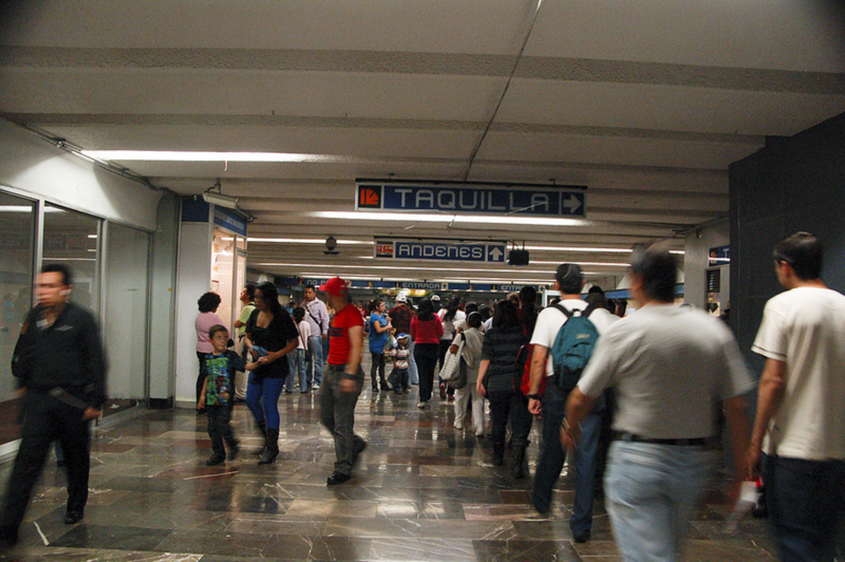 """Look at the first blue sign. It says """"taquilla"""" the Spanish word for ticket booth.  The other word """"Andenes"""" lets you know the direction in which the tracks are."""