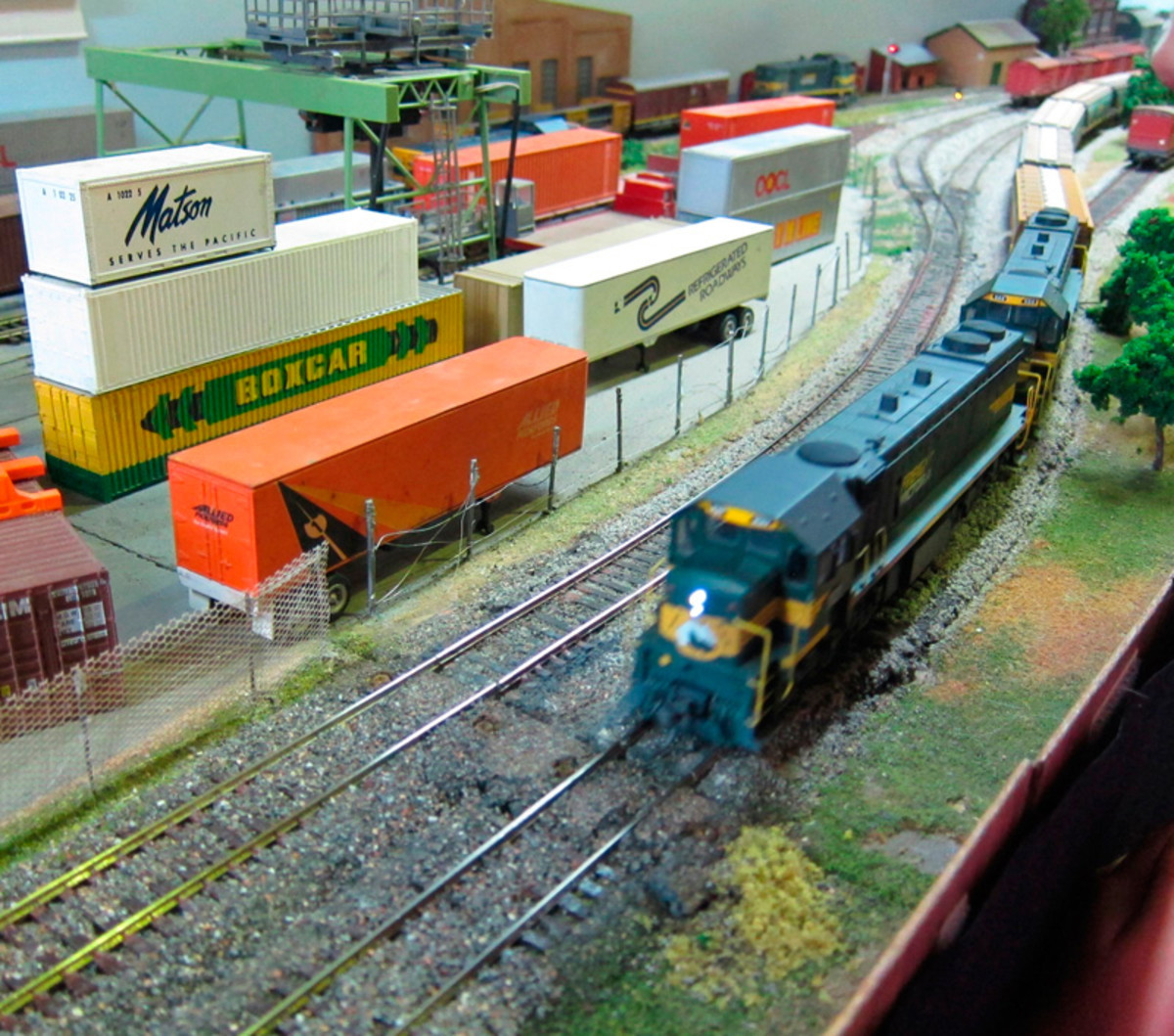 Train pulling into the shipping container end of Cockroach Valley.