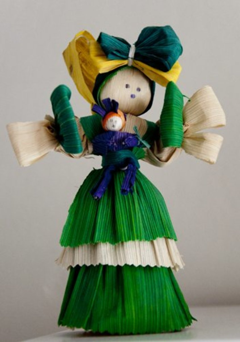 Corn husk doll of a mother holding a baby, Copán
