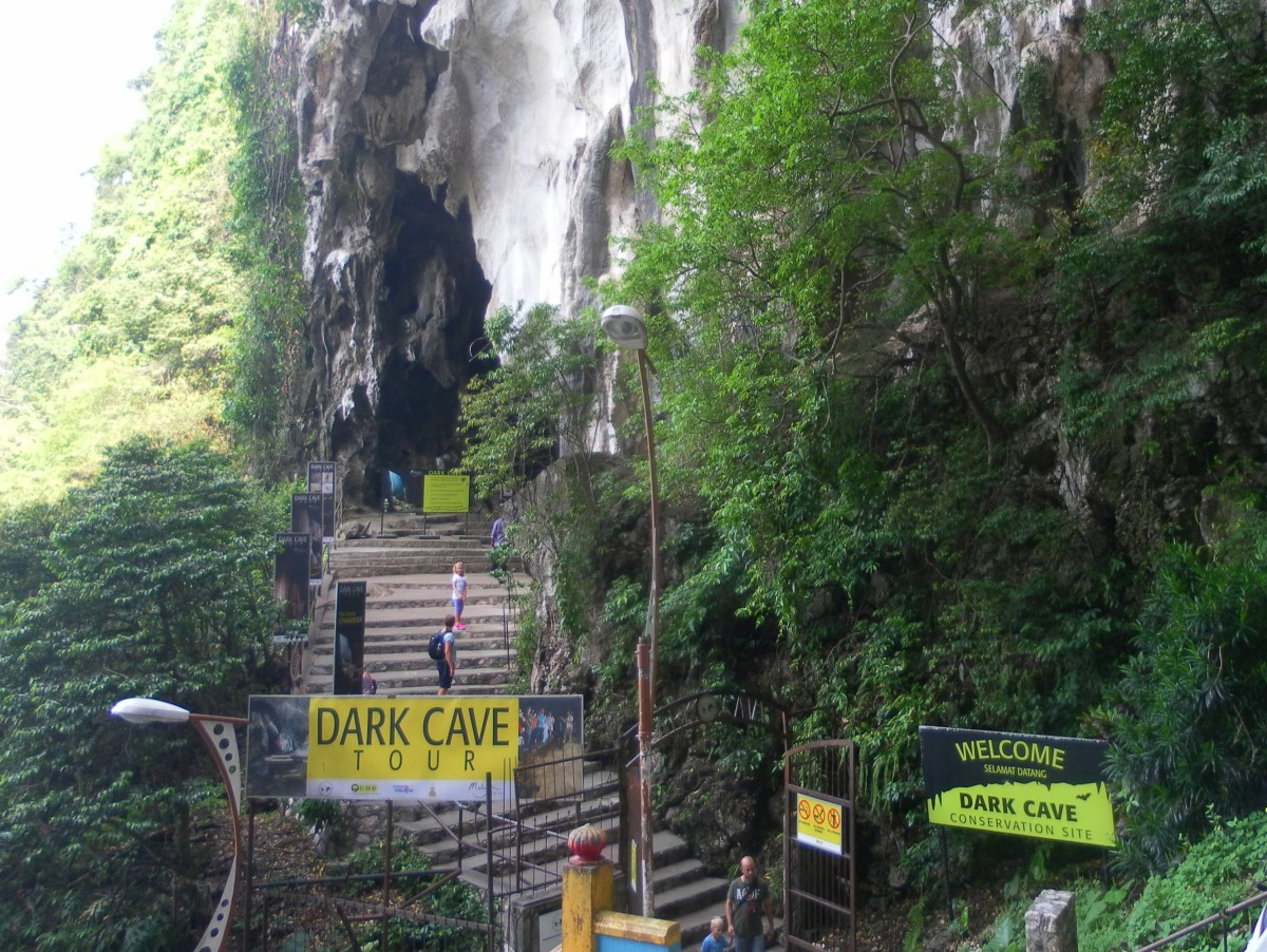 Entrance to Dark Cave tours.