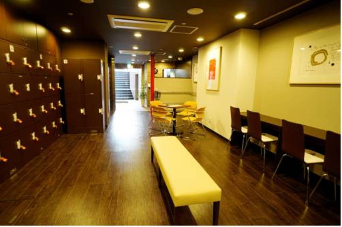 Almost equidistant from Namba and Shinsaibashi, this hotel provides a great location for those looking to do some upmarket shopping in Shinsaibashi or enjoy the nightlife of Namba's famous neon Dotonbori district.