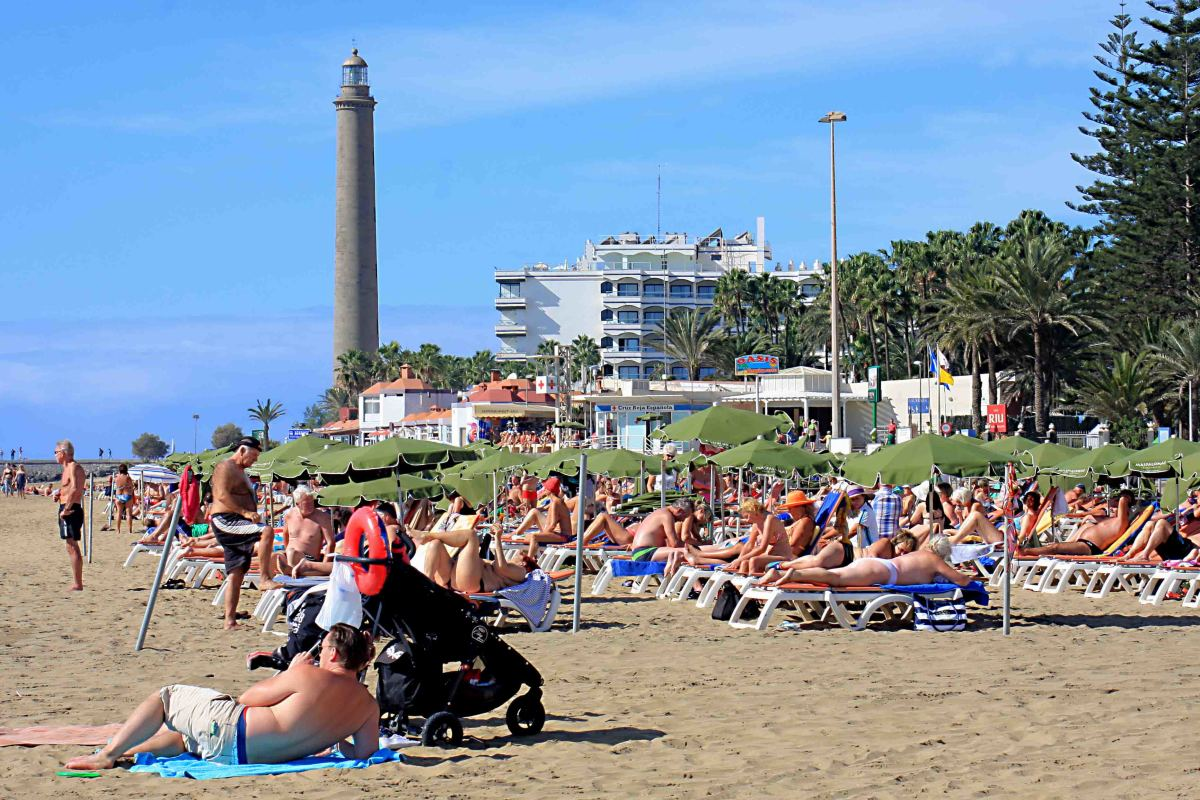 The western end of Playa de Maspalomas and the 56m (184 ft) Faro de Maspalomas  lighthouse in the resort of Meloneras. The lighthouse was built in 1886