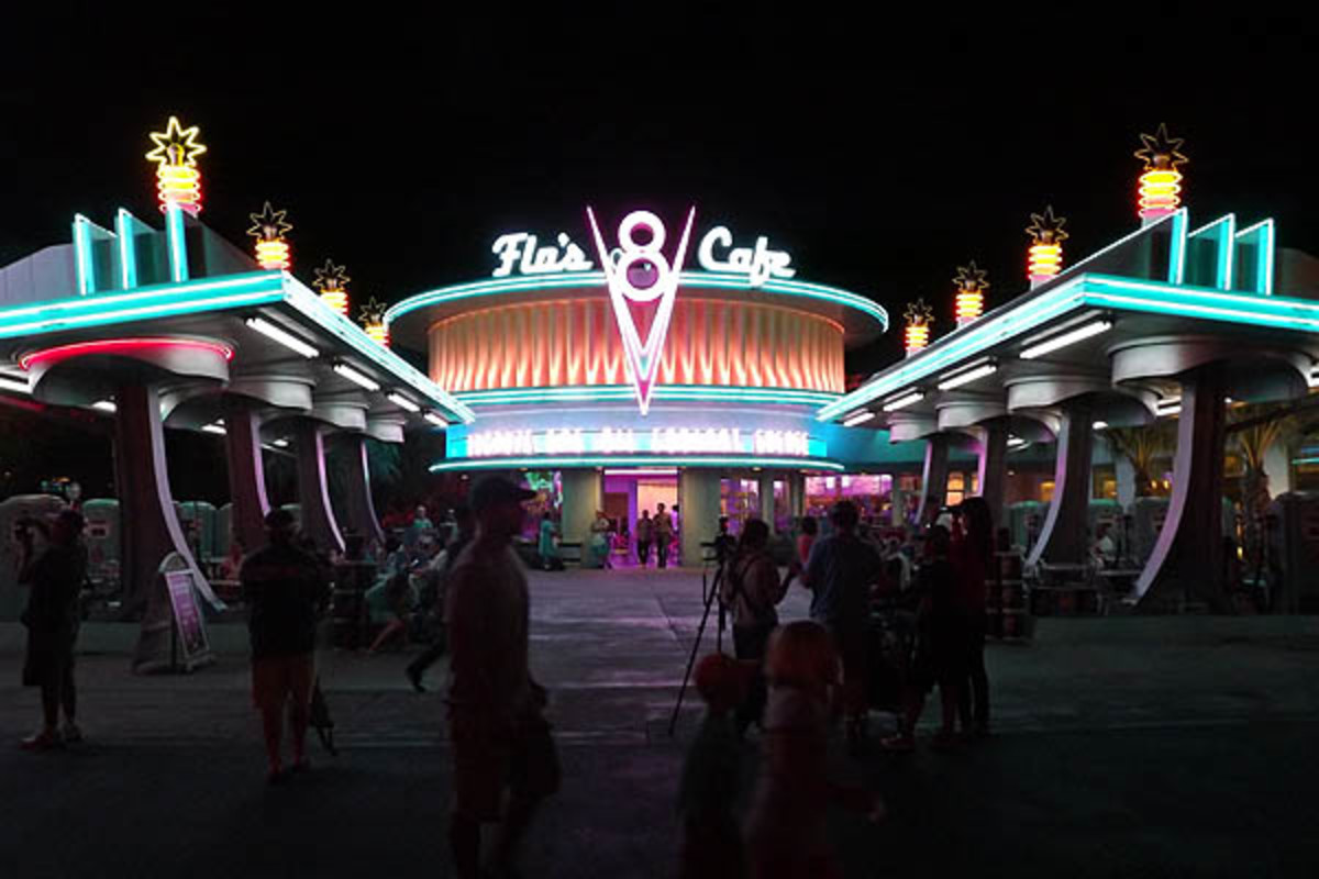 Flo's V8 Cafe at night