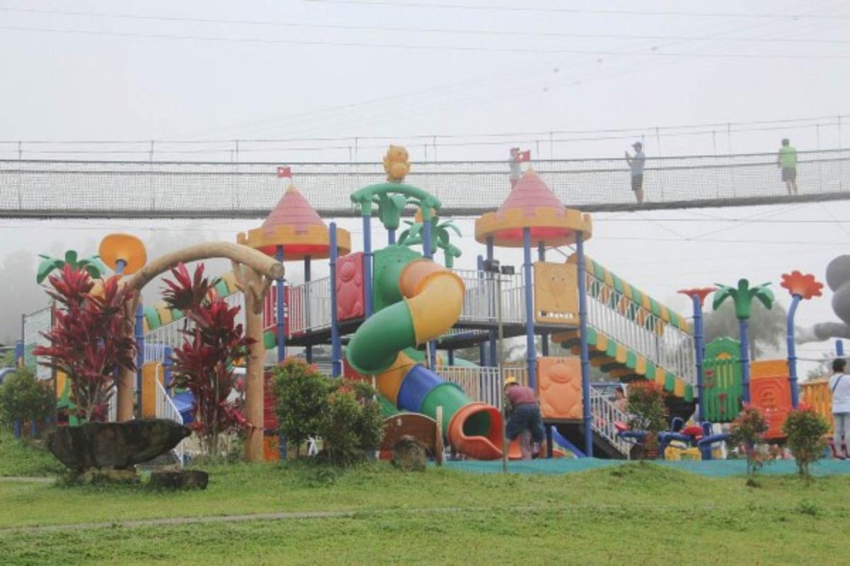 Cross the hanging bridge in Campuestohan!