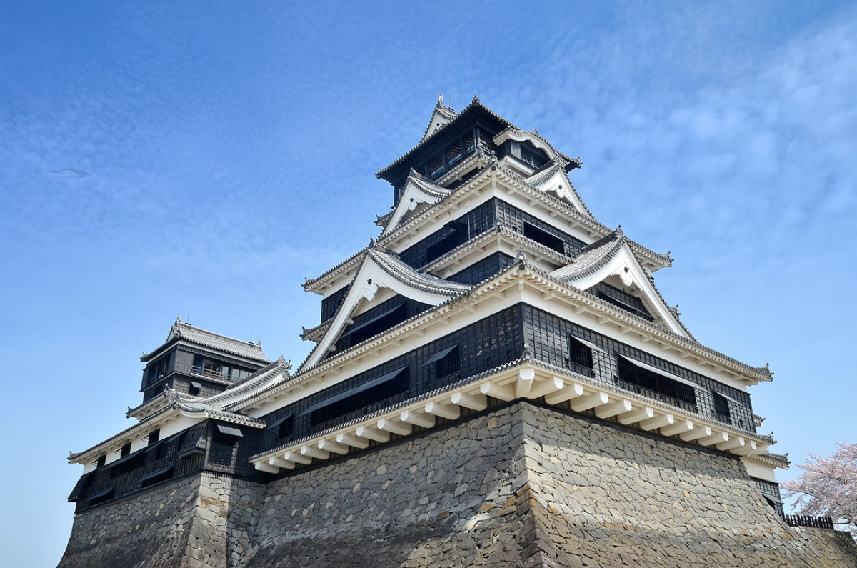 Kumamoto Castle is a symbol of Kyushu, and geographically lies at the heart of it.
