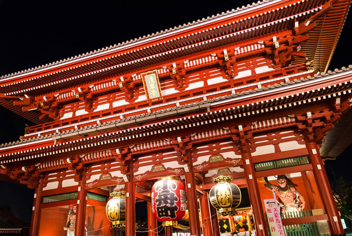 The majestic Hozōmon (宝蔵門) of Asakusa Sensō-ji (浅草寺) at night.