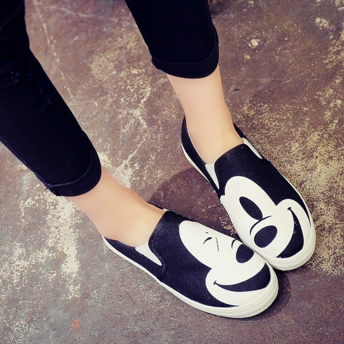 Wearing comfortable shoes to Disneyland will help you to have the best experience possible. Nobody likes achy feet!