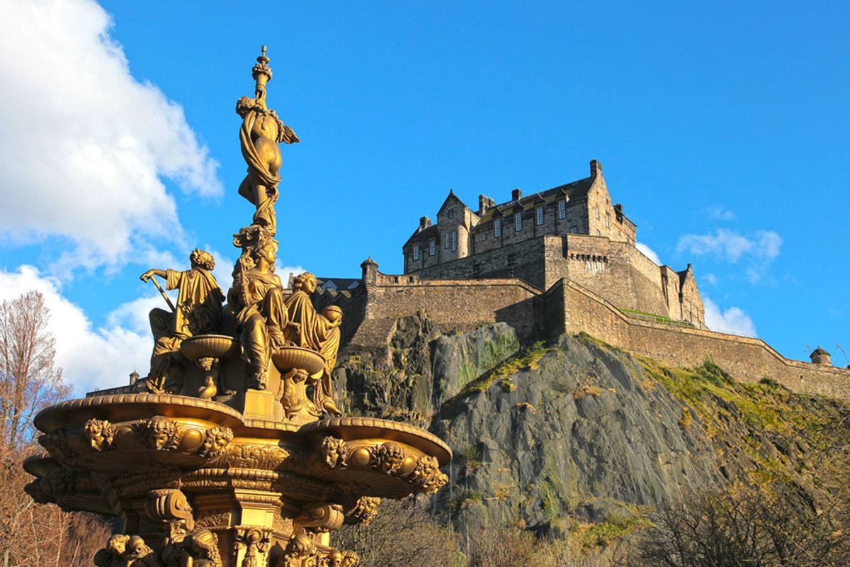 Edinburgh Castle, viewed from the Princes Street Garden. (The fountain statues comes to life, and is a stage boss ...)