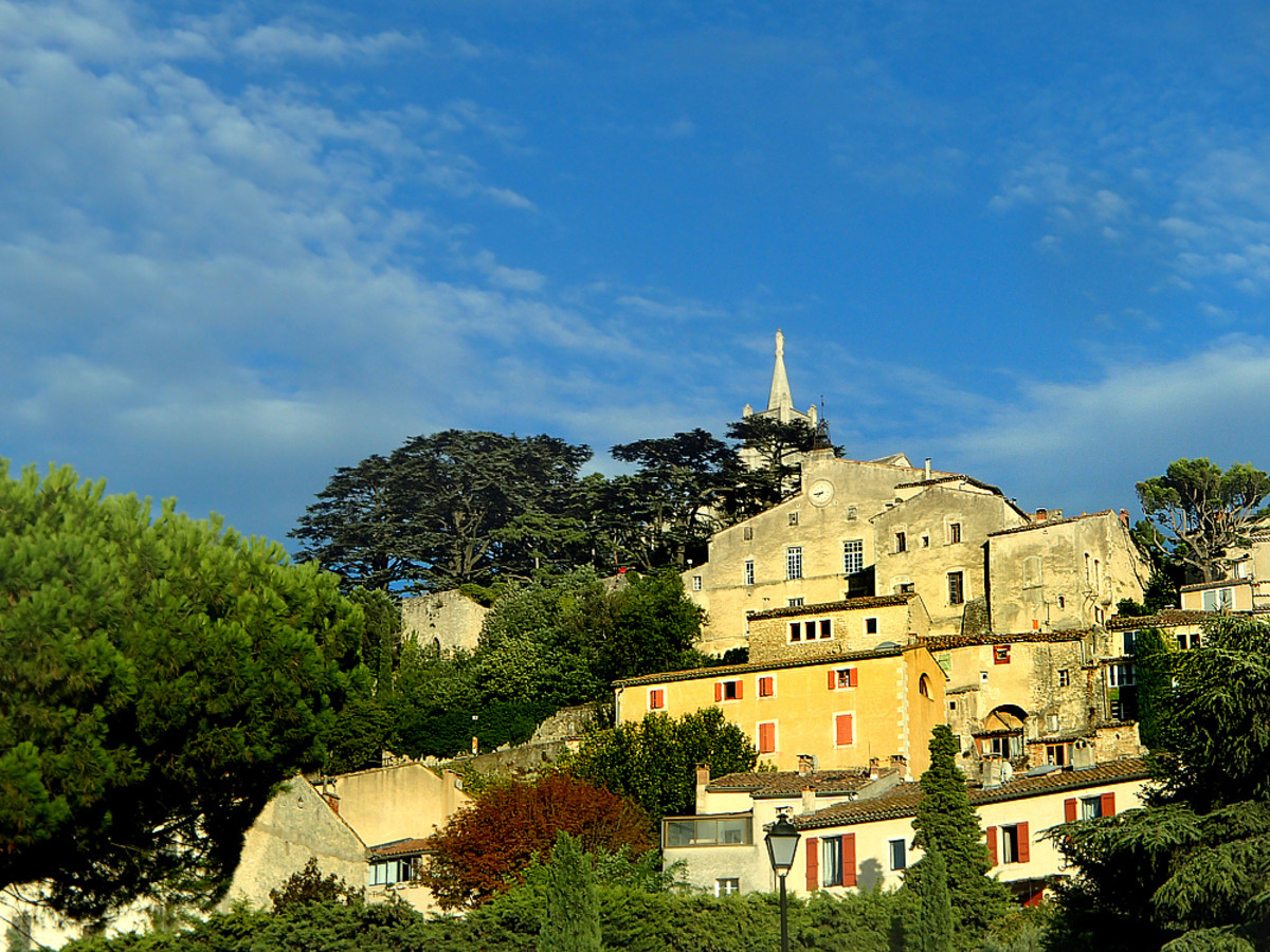 Hilltop village of Bonnieux on biking route.