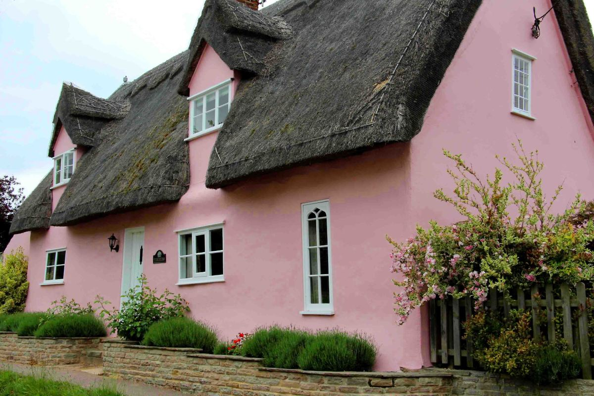 A pink thatched cottage in Moulton