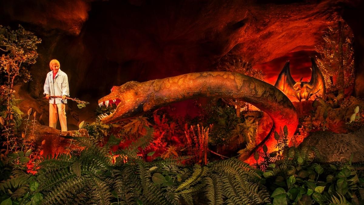 """""""Ellen"""" faces a dinosaur"""