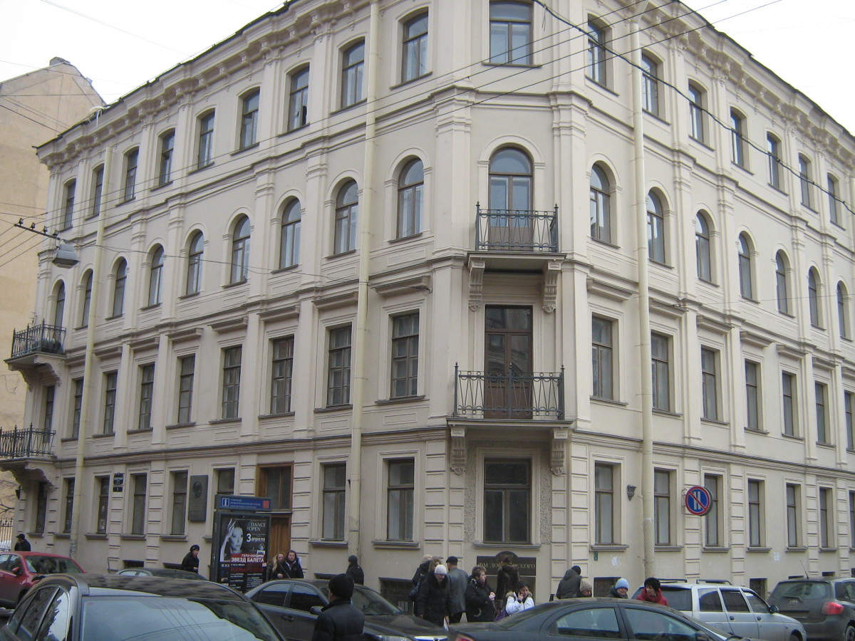 Constant in his preferences, Dostoevsky had a corner flat on the second floor of the building with a balcony and a view of the church.