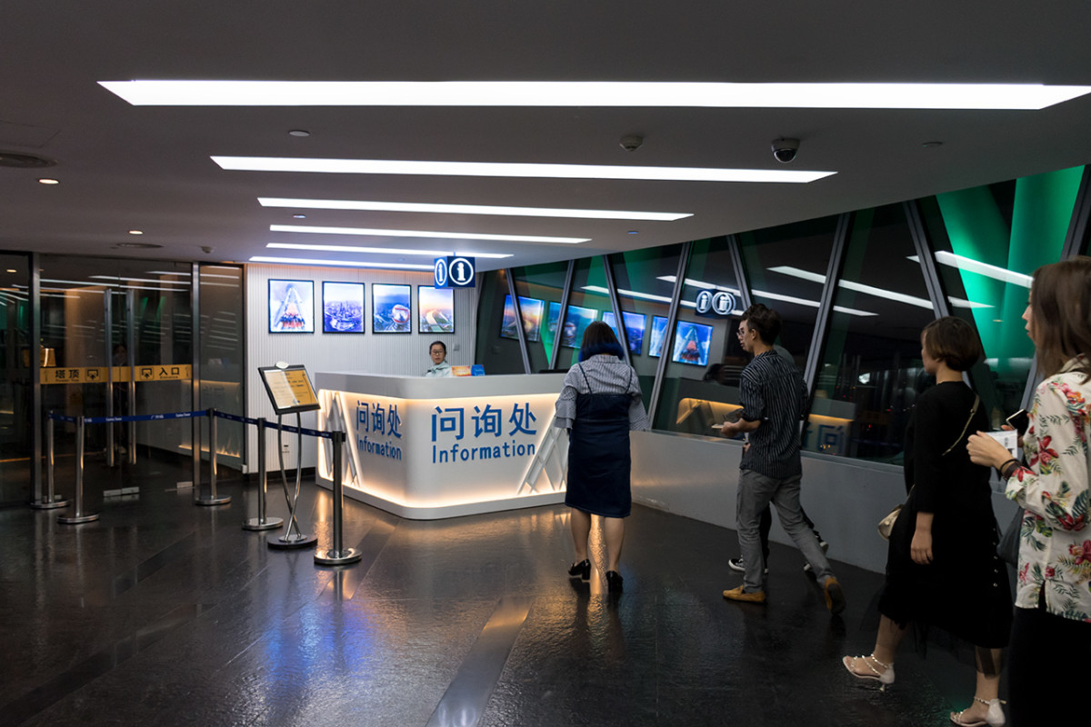 Information counter greeting visitors arriving at the 450M Look Out.
